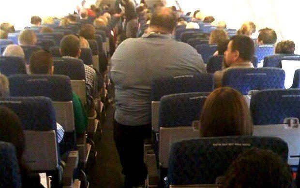 полные пассажиры в самолете
