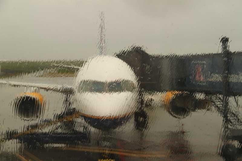 самолет во время дождя
