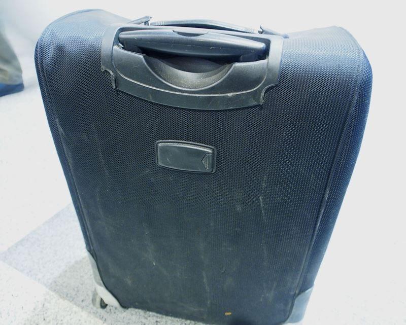 Поврежденный чемодан в аэропорту