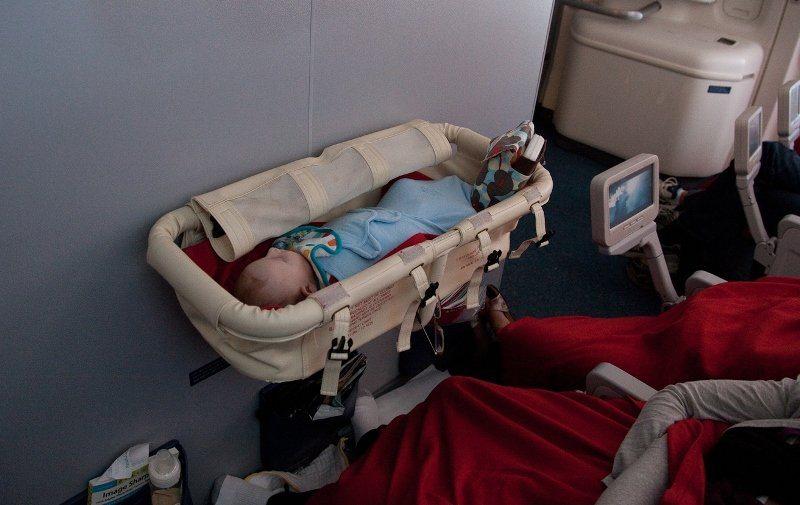 люлька в самолете для младенцев фото