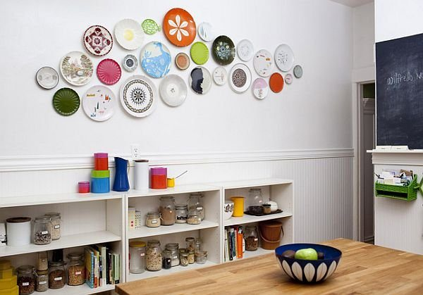 сувенирные тарелки на стене