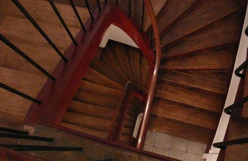 узкие лестницы в отелях Парижа