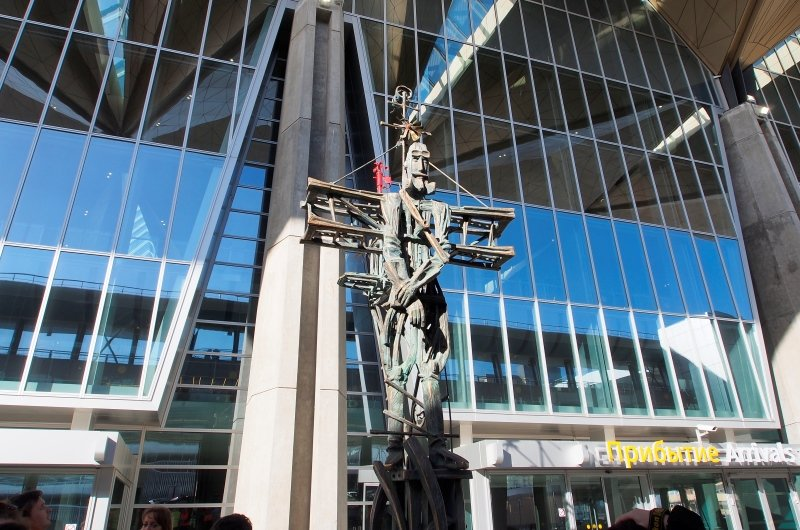 Скульптура авиатора Пулково