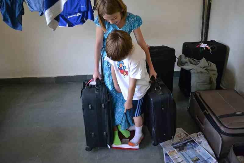 как взвесить чемодан дома