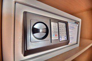 как пользоваться сейфом в отеле
