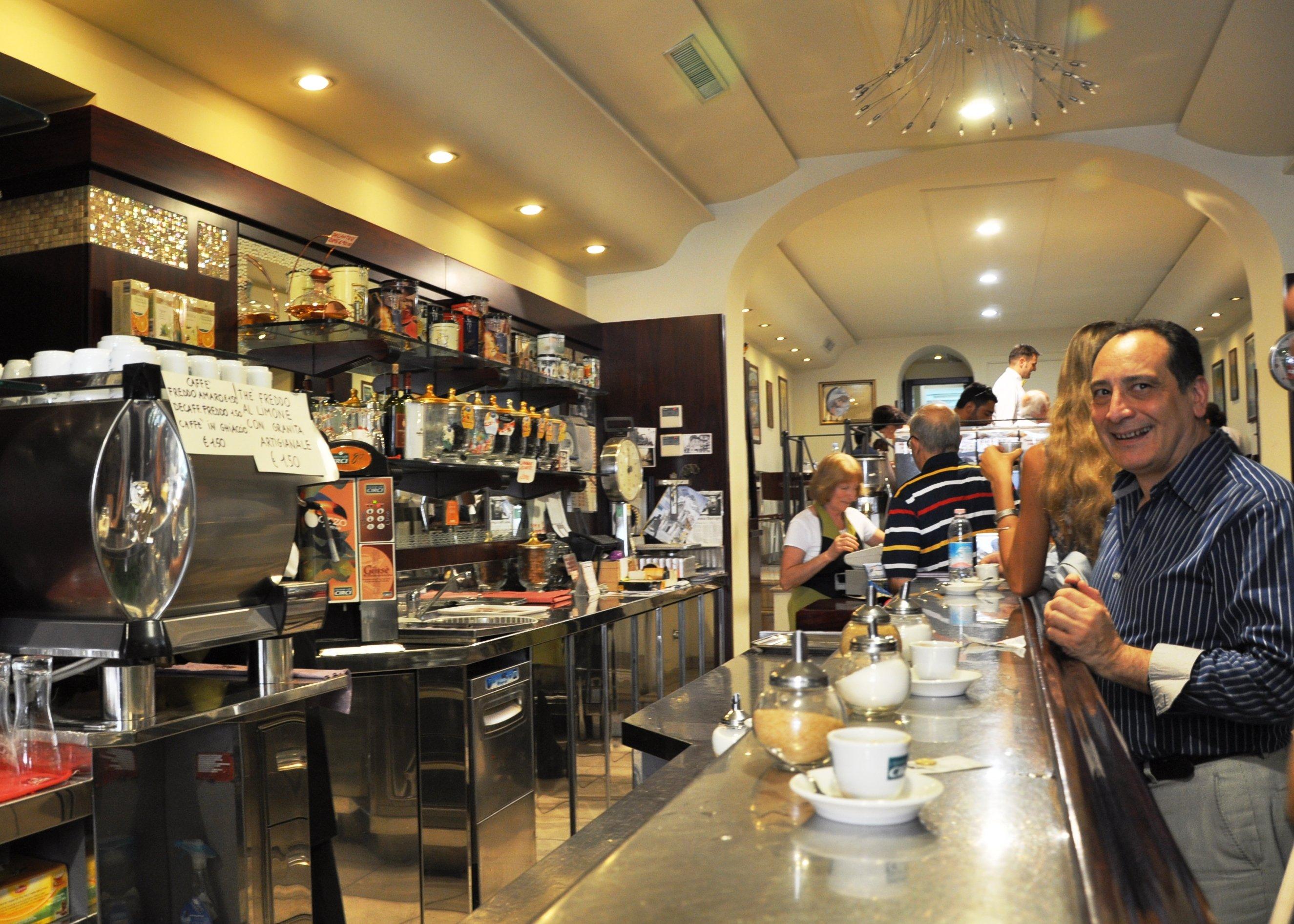 кофе у бара дешевле, чем за столиком