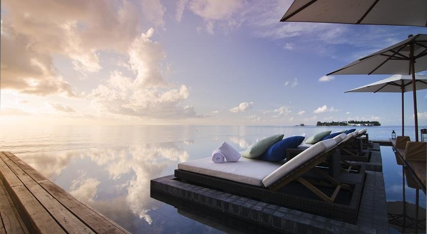 бескрайний инфинити бассейн отеля Jumeirah Dhevanafushi